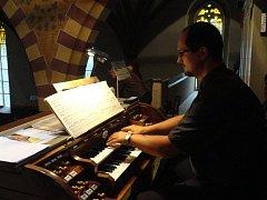 Varhaník Aleš Nosek má při posvícenském varhanním, koncertě plné ruce i nohy práce pro uši spokojených posluchačů.