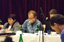 Zamyšlený Michal Volf (uprostřed).