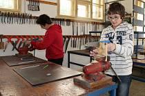 Děti v dílnách na 1. ZŠ v Rakovníku vyráběly ze dřeva píšťalku.