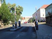 Ve středu ráno byla z Husova náměstí odstraněna výběrčí budka.