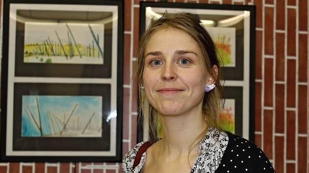 Designérka a výtvarnice Veronika Sirová (Obrazová) přijela podpořit Velkou podzimní výstavu do Mutějovic u Rakovníka. Narodila se totiž v nedaleké Lhotě pod Džbánem.