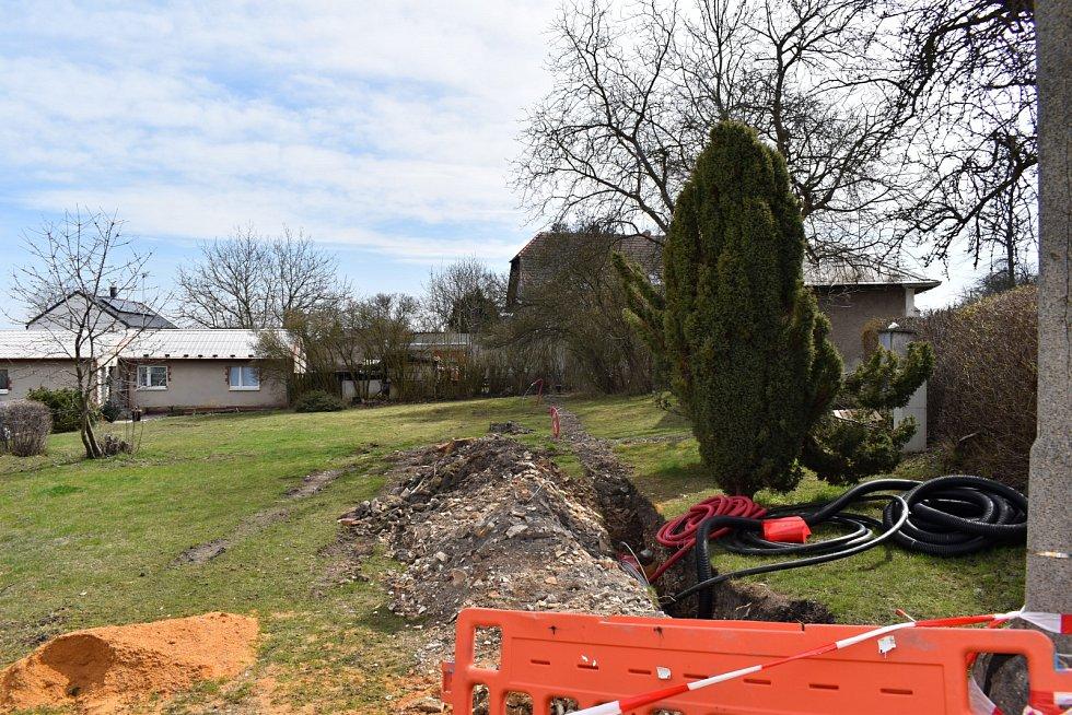 Prostranství před novostrašeckou poliklinikou bude upraveno. Vznikne zde parkoviště, park bude revitalizován.
