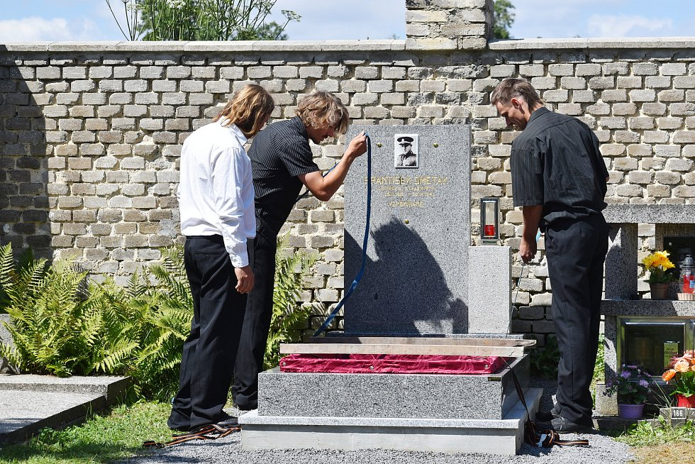 Znovuuložení ostatků strážmistra četnictva Františka Ometáka na mutějovickém hřbitově.