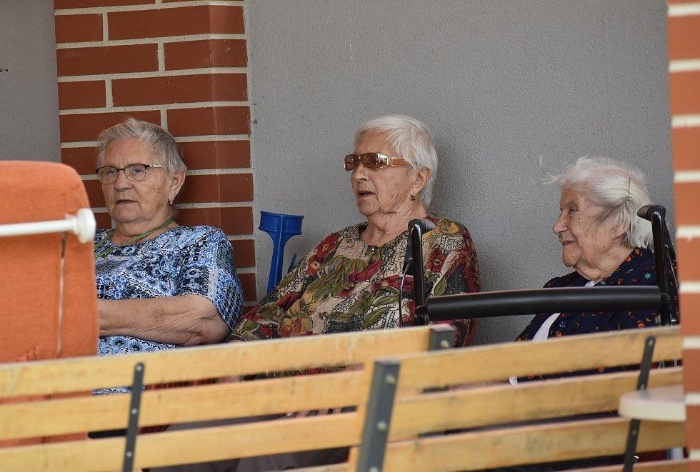 Hudební odpoledne s roztockou hudebnicí Dášou Pavlíčkovou v rakovnickém domově seniorů.