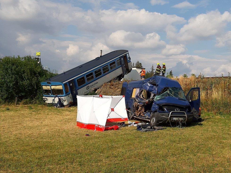 Střet vlaku s dodávkou na přejezdu na Rakovnicku.