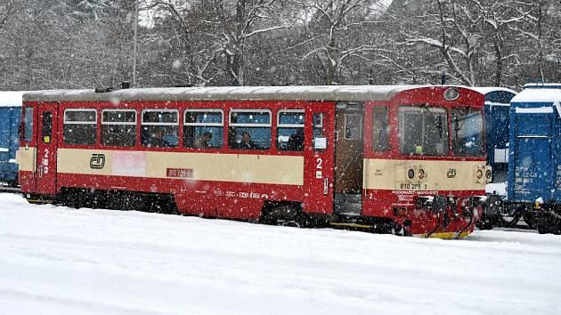 Pondělí 11. ledna - stále sněží. Podle meteorologů by však mělo srážek ubývat