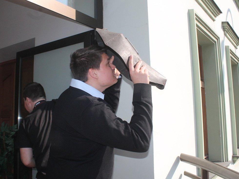 Lidé pozorovali zatmění slunce také z balkonu Tylova divadla v Rakovníku