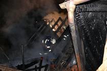 Oheň přeskočil z auta na dům