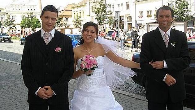 NOVOMANŽELÉ  Milan a Aneta Polákovi uzavřeli manželství na rakovnické radnici v sobotu 29. srpna 2009 (na fotografii vpravo je rovněž tatínek nevěsty známý rakovnický sportovec Bedřich Koch