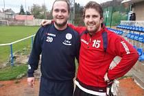 Oprášil kopačky. Michal Rohla (vlevo) nastoupil po několikaleté pauze. Na snímku je s gólmanem Tomášem Peškem