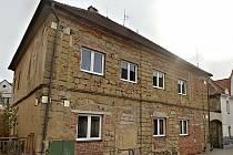Bytový dům čp. 28 v Plzeňské ulici v Jesenici se dočká rekonstrukce.