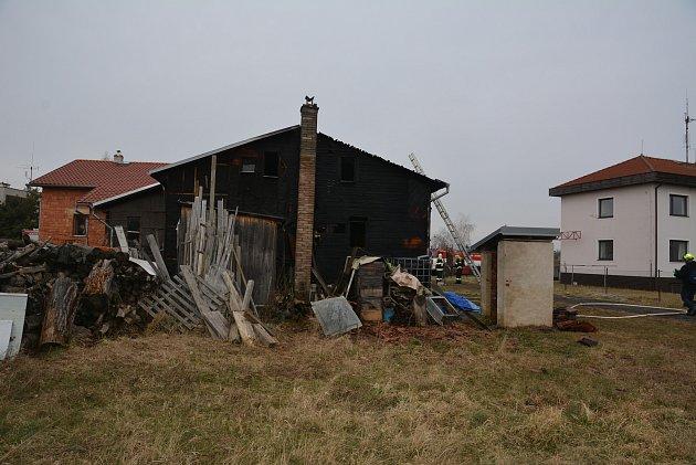 Požár dřevěné stavby ve Wintrově ulici nepřežila seniorka, jež plamenům neunikla.