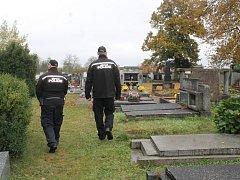 Městští strážníci v Novém Strašecí kontrolují hřbitovy