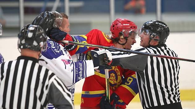 Hokejová generálka před startem soutěže: HC Rakovník (v bílém) - Hvězda Praha 4:5.