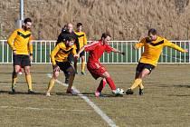 Lukáš Palko (v červeném) má za sebou první zápas v Novém Strašecí