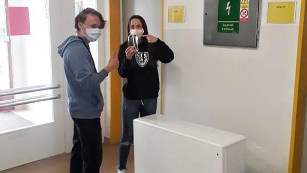 Žáci devátého ročníku novostrašecké základní školy Tomáš Sušický a Eliška Malíková s dezinfekcí.