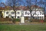 Pohled na část Komenského náměstí se sochou rudoarmějce.