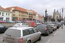 Nemusí být ani trhy a na Husově náměstí jen tak nezaparkujete. Takto to tu vypadalo okolo poledne.  Doufejme, že větší kontrola a  změny dopravního značení pomohou.