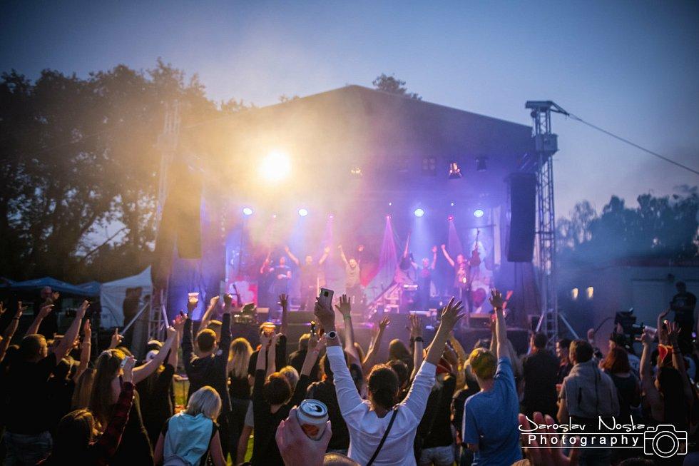 Fotbalpark v Pavlíkově hostil koncert kapel Rybičky 48 a Street 69.