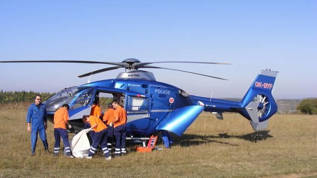 Ilustrační foto. Záchranáři chystají transport zraněného.
