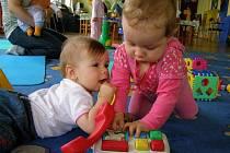 Děti jsou v prostorách mateřského centra spokojeny.