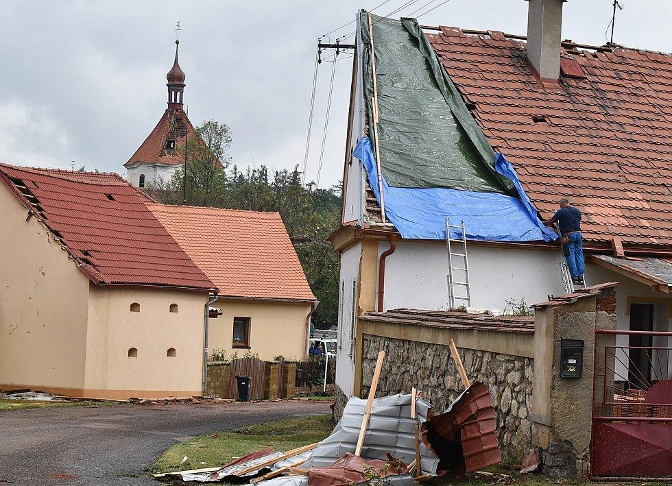 Škody po ničivé bouři ve Stebně na Podbořansku.