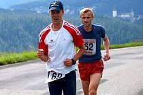 Stoupání z Městečka je náročné pro každého. S číslem 62 běží rakovnický Petr Kratochvíl.