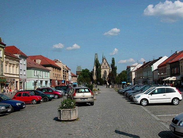 Husovo náměstí v Rakovníku. V pozadí kostel svatého Bartoloměje.