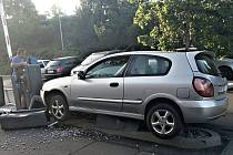 Nehoda automobilu na ostrůvku před stojany se závorami u Lidlu v Rakovníku.