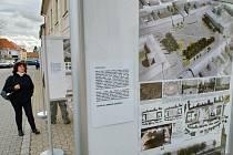 Na náměstí J. A. Komenského v Novém Strašecí jsou umístěné panely s vizualizacemi možných podob náměstí.