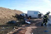 U Krušovic se střetla dodávka a osobní auto. Čtyři lidé jsou zraněni.