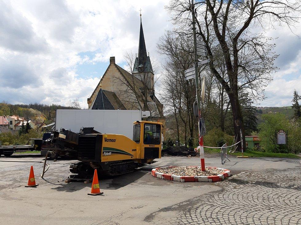 Stavba vodovodu v květnu.