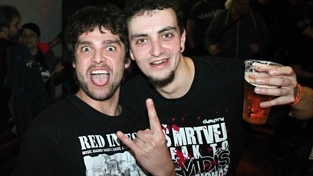 Do Domu osvěty v Rakovníku dorazila trojice punkrockových kapel E!E, The Fialky a Totální nasazení.