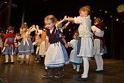 Diváci, kterých do centra přišel početný dav, se těšili nejen z vystoupení Čtyřlístku, ale i spřátelených souborů Lístečku a Borůvek.