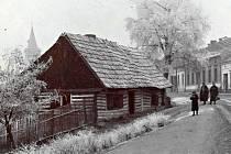 Vladislavova ulice před rokem 1914. Poslední roubená ulice na snímku byla nahrazena domem čp. 1/II.