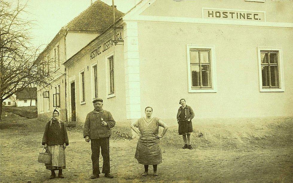 Šanovský hostinec v polovině třicátých let 20. století.
