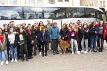Český autobus s rakovnickými gymnazisty po příjezdu do Kaiserslauternu, vpravo stojí dívky ze St. Franziskus Gymnasium Kaiserslautern.