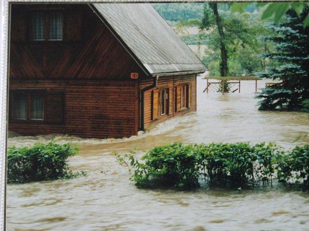 Povodeň vroce 2002vchatařské oblasti za pilou Kostelík .