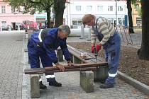 na Komenského náměstí budou nové lavičky