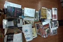Balíčky knih připraveny na výdej a rozvoz.