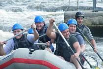 Hasiči z Lužné cvičili na divoké řece