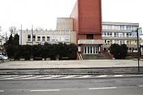 Prostranství před budovou, kde sídlí Městská knihovna Rakovník.