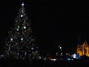 Na slavnostní rozsvícení vánočního stromu v Rakovníku vloni dorazily stovky lidí.