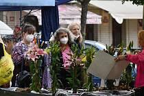 Střed rakovnického náměstí po dlouhé době zaplnili trhovci se svými stánky. Tradiční čtvrteční trhy se budou konat opět jednou za dva týdny.