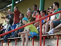 Diváci v Kolešovicích sledují derby s Kněževsí.