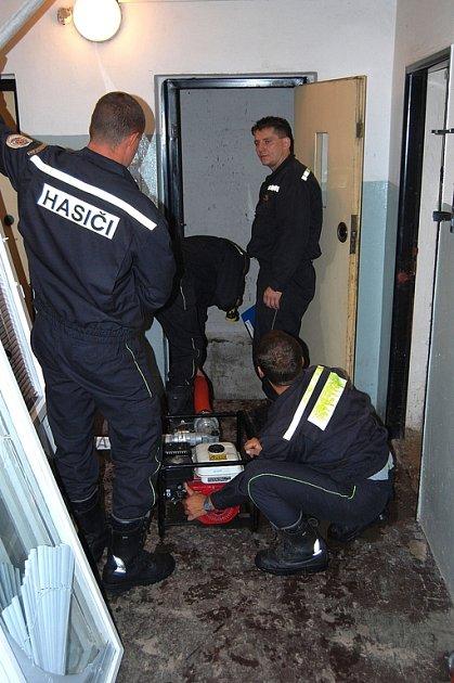 Vodu ze zatopených výtahových šachet v ulici Dukelských hrdinů v Rakovníku čerpali v pátek ráno rakovničtí hasiči.