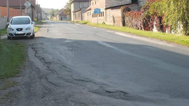 Silnice z Řevničova do Mšece je v dezolátním stavu