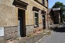 Nádražní budova v Novém Strašecí je v žalostném stavu.