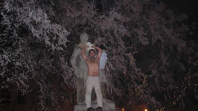 Antonín Cífka na soše rudoarmějce na náměstí v Novém Strašecí.