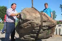 Usazování kamenů na kruhovém objezdu